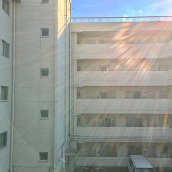 眺望は向かいのマンションの共用部なんです〜※写真は前回募集時のものです