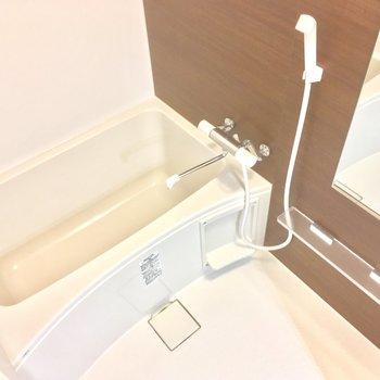 バスルームはブラウンで落ち着いた雰囲気に※写真は前回募集時のものです
