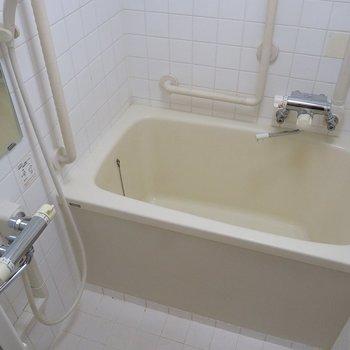 お風呂はちょっと古さが残ってます