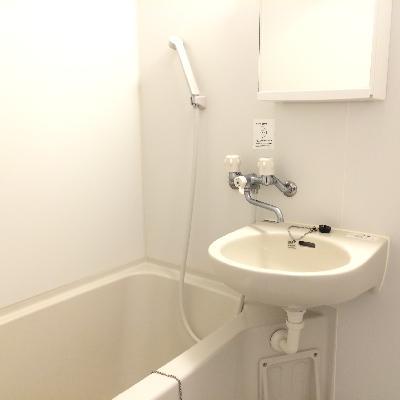 バスルームと洗面台は同じスペースです