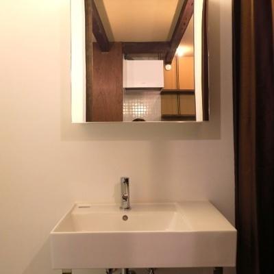 洗面台の右側にはコップや歯ブラシを!