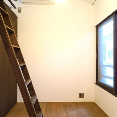 ロフトへはハシゴ階段で。