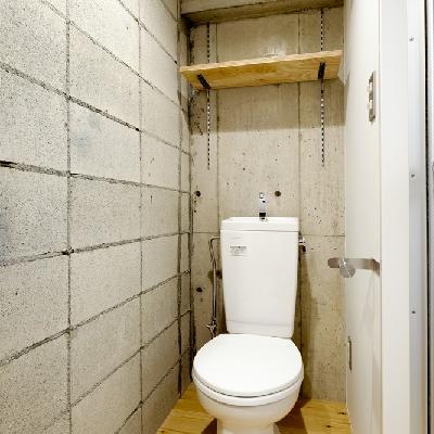 コンクリに囲まれたトイレ