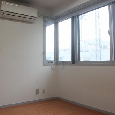 洋室には大きく横長の窓