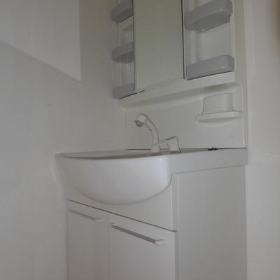 洗面台の収納も多いですね※写真は照明なしの状態です