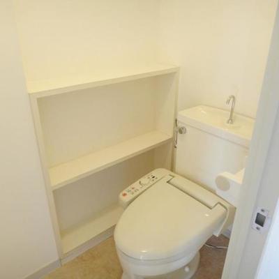 トイレの横に棚があって使いやすそう