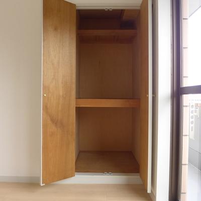 4.2帖洋室の収納は2段になってます♪
