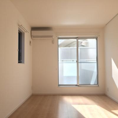 こちらは2階6帖の洋室