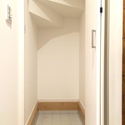 玄関の右側にはシューズインクロークがあります