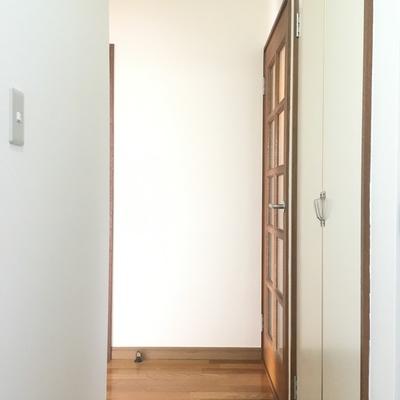 玄関から。L字の廊下です。