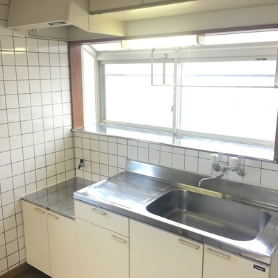 キッチンはコンロ未設置。窓付きがいいですね
