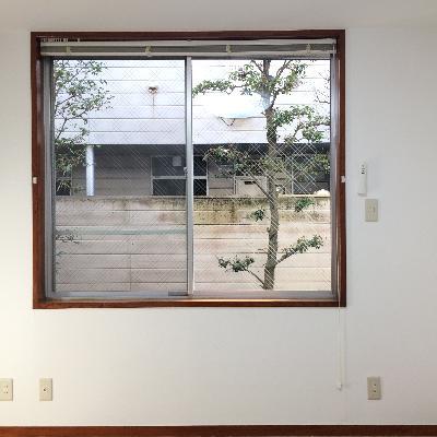 1階の洋室、大きな窓で日当たりばっちし