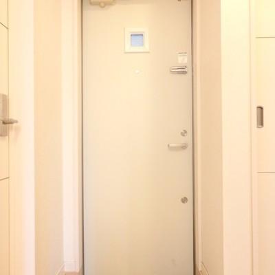 玄関はこじんまりと。