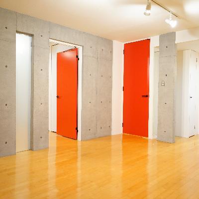 コンクリ打ちっ放しと真っ赤な扉♪建具もおしゃれ!