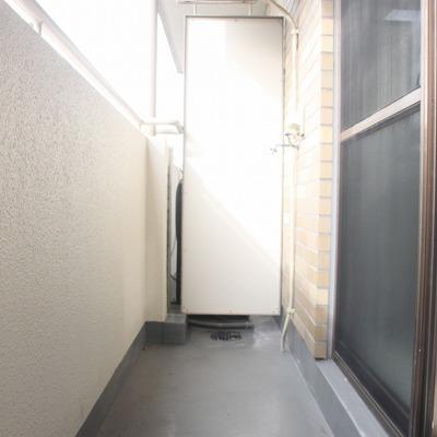 壁には水栓が。昔はここに洗濯機を置いていたようです。