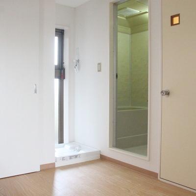 左にドアを移動すると、洗濯機置き場が出現