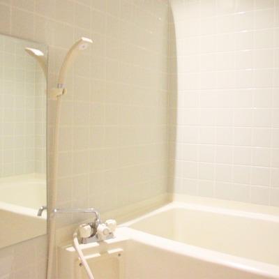 ユッタリとした浴室には大きな鏡が付いてます(※通電前です)