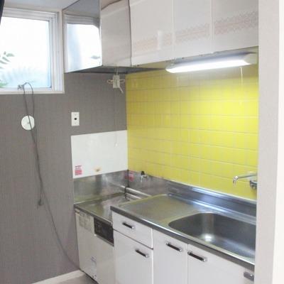 黄色のタイルがかわいらしいキッチン