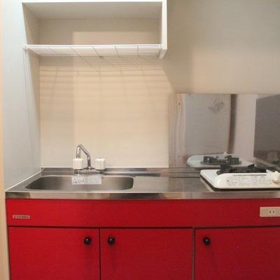キッチンも紅で統一