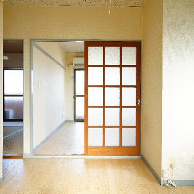 キッチン側から。洋室と和室に分かれます。