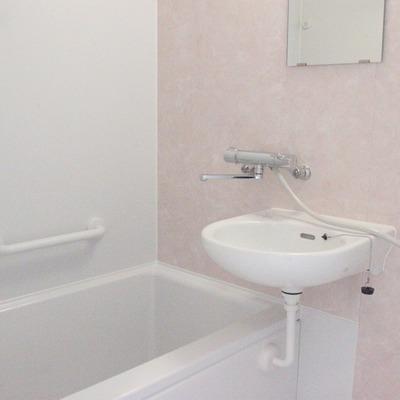 うっすらピンクの浴室