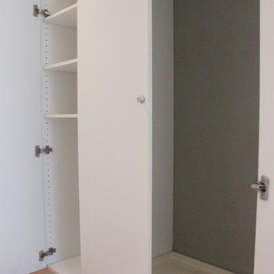 廊下を挟んでシューズボックスの反対側にも収納。そして洗濯機置き場