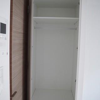 ドアの前に収納があります!*写真は別部屋です