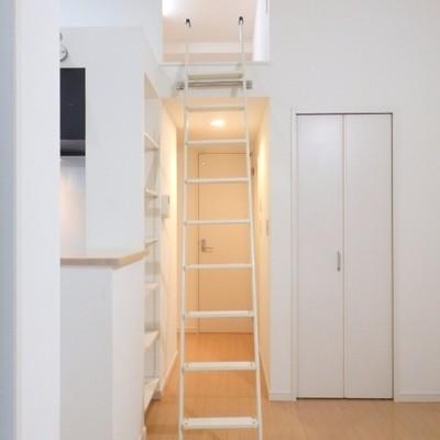ロフトへと続く階段
