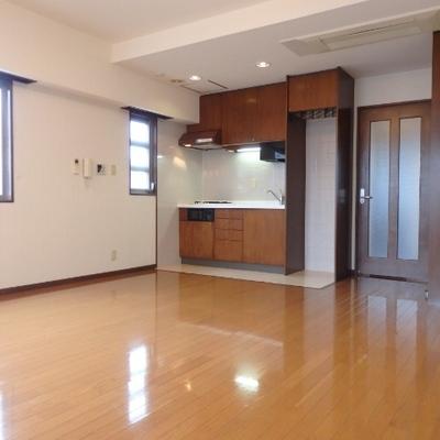 キッチン横には大きな収納もあります