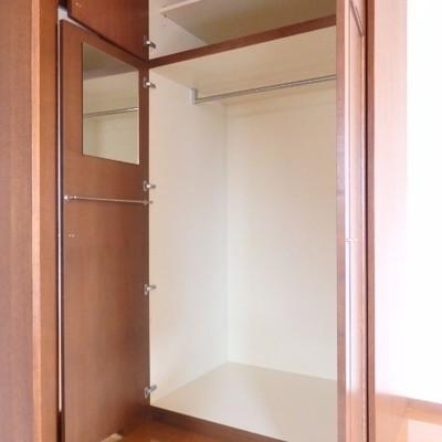 リビング収納、扉に鏡もついています