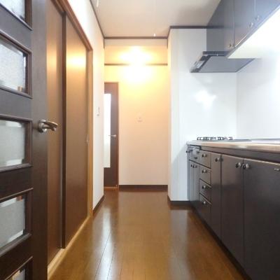 廊下、キッチンスペースです
