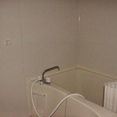 シンプルながら広い浴槽がいいです(通電前のためフラッシュ使用)