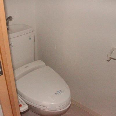 トイレの空間もユッタリ(通電前のためフラッシュ使用)