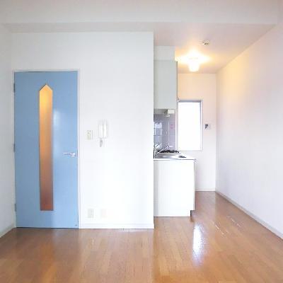 ブルーの扉がアクセント。*写真は別のお部屋です