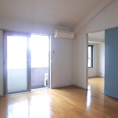 お隣は寝室。明るくていいですね。*写真は別のお部屋です
