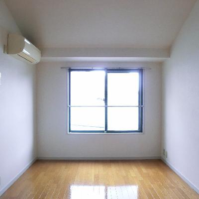 こちら寝室。6.5帖は嬉しい広さです。*写真は別のお部屋です