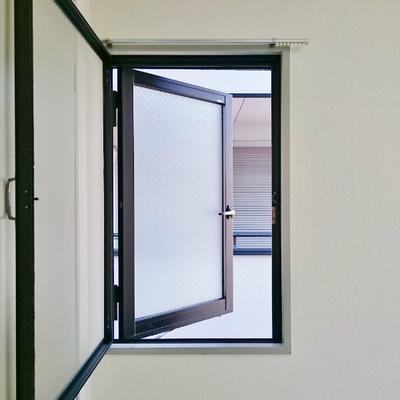 網戸付きの窓。