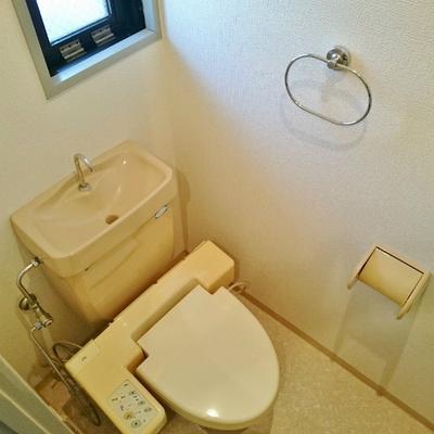 トイレに窓があって換気もOK!