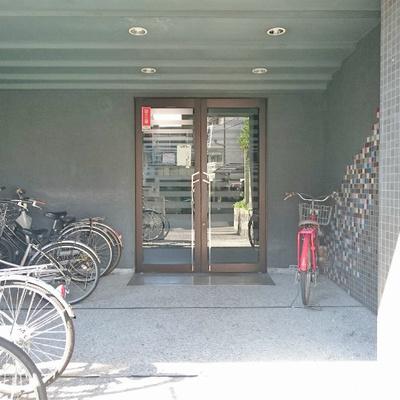 自転車はエントランスのこちらへ!