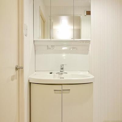 三面鏡にできる洗面台♪