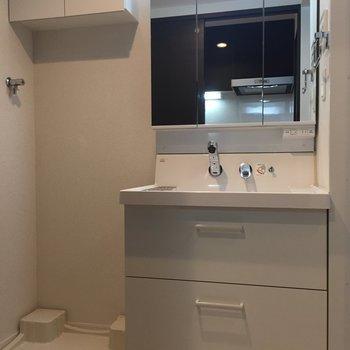 収納はタオルやシャンプーのストックにたっぷりどうぞ。※写真は10階の同間取り別部屋のものです