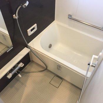 お風呂には小さい窓が。換気もできそう。※写真は10階の同間取り別部屋のものです