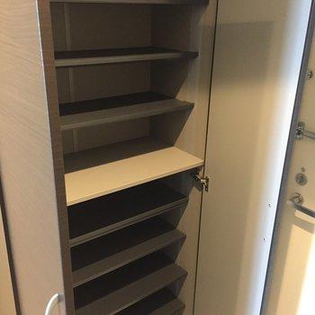 可動棚でブーツなども入りますね。※写真は10階の同間取り別部屋のものです