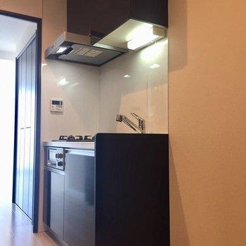 キッチン横には冷蔵庫を。※写真は10階の同間取り別部屋のものです