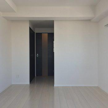 白い壁にはなにを飾ろうかな〜。プロジェクターとか置いてみたい。※写真は10階の同間取り別部屋のものです