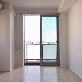 扉をあけたら日差したっぷり明るいお部屋。※写真は10階の同間取り別部屋のものです
