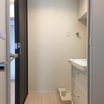 洗濯機は脱衣所の中に。※写真は10階の同間取り別部屋のものです