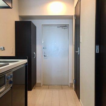 廊下にも余裕が◎ブラウン扉が空間を引き締めてます。※写真は10階の同間取り別部屋のものです