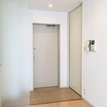 玄関は引き戸を開けると土間へ。横には天井まであるシューズボックス。※写真は前回募集時のものです