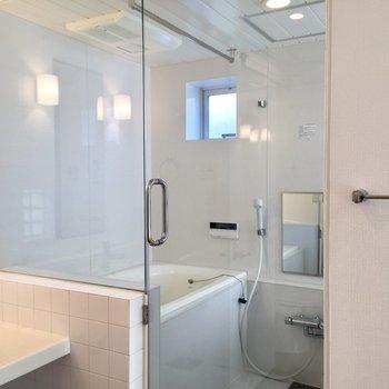 ガラス張りのお風呂が幻想的です!※写真は前回募集時のものです